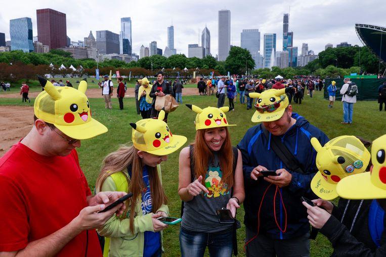 Mensen komen samen om 'Pokémon Go' te spelen.