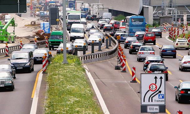 Auto's die bij wegwerkzaamheden in Duitsland op de linkerbaan rijden, mogen inclusief spiegels slechts twee meter breed zijn.