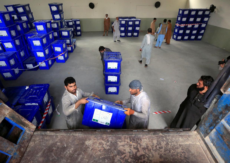 Stembusmedewerkers laden biljetten in voor transport naar Jalalabad.