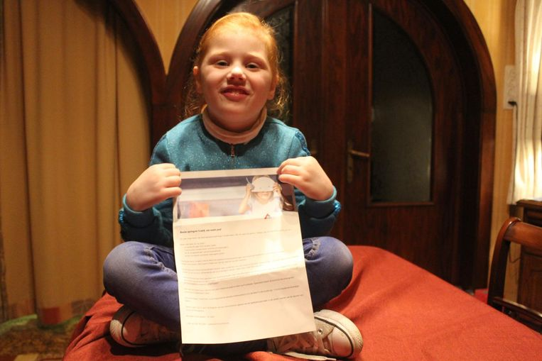 Marie (4,5) met de uitnodiging om animator te worden.