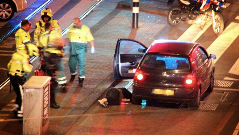 De man werd in zijn auto onder vuur genomen op de hoek van de Bilderdijkstraat en de De Clercqstraat. Beeld Momo Zarroue/Het Parool