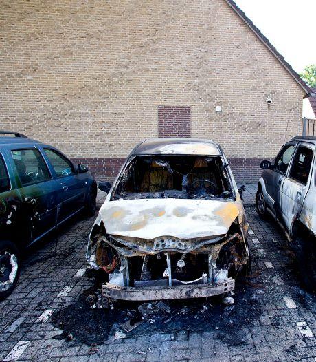 Dordrecht weer opgeschrikt door autobranden: drie wagens vatten op exact hetzelfde moment vlam