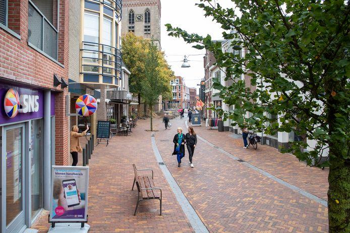 Er rijden te veel auto's rond in het voetgangersgebied in het centrum van Ede. Daardoor kan het winkelend publiek niet altijd ongestoord boodschappen doen, zoals op deze foto.
