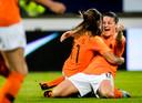 Vreugde bij Oranje Vrouwen na de benauwde zege in de WK-kwalificatie tegen Slowakije.