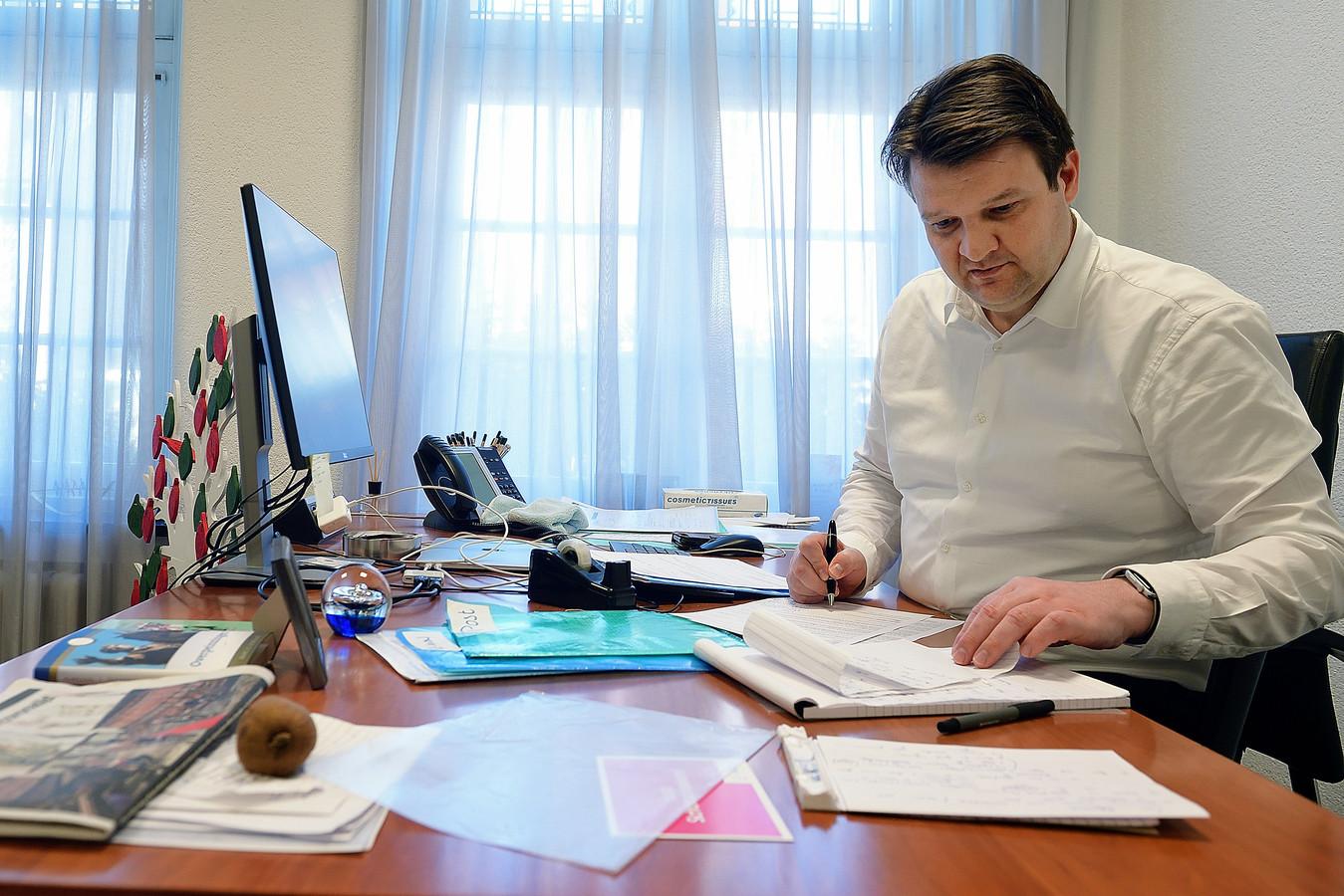 Burgemeester Han van Midden van Roosendaal werkt in tijdens de coronacrisis 'gewoon' vanuit Mariadal.