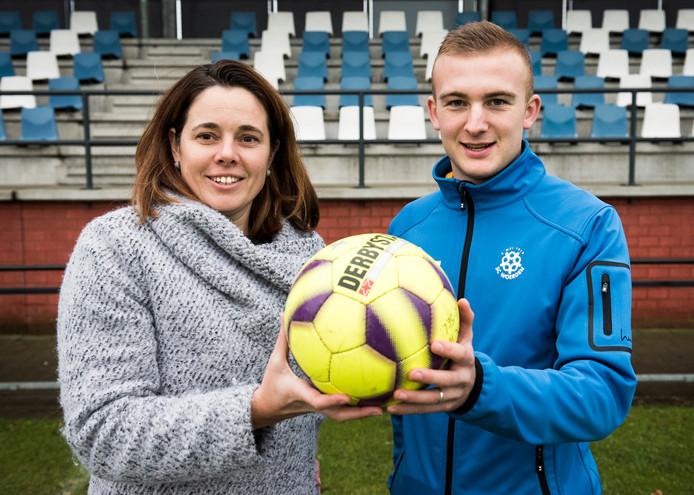 Aime van de Bovenkamp, hier met SC Woerden-voorzitter Hanneke Overbeek.