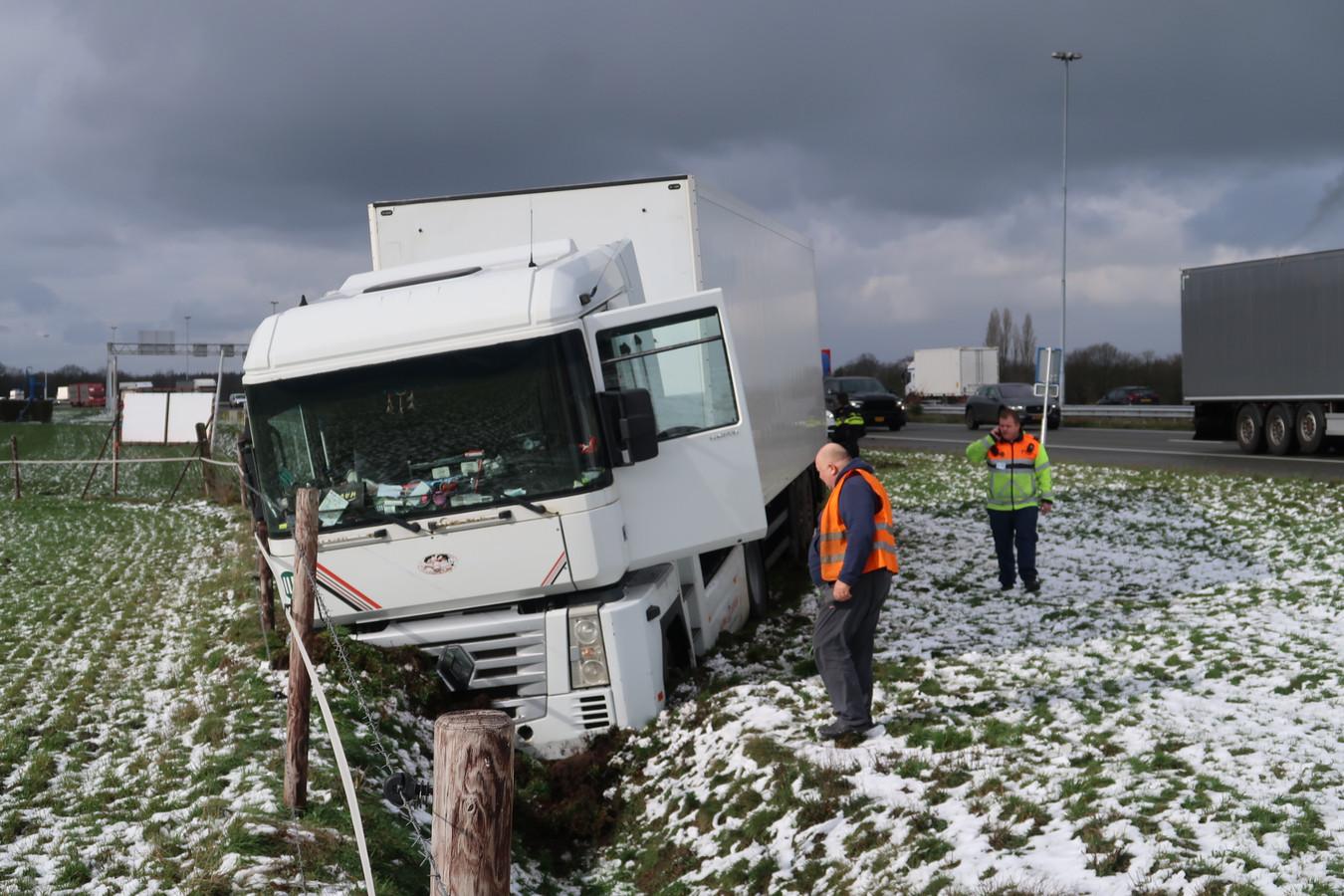 Vrachtwagen in sloot op A58