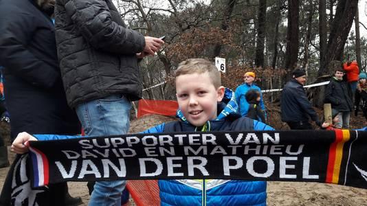 Steijn  Vos (10) uit Wouw moedigt op het NK veldrijden in Huijbergen zijn favoriet Mathieu van der Poel aan.