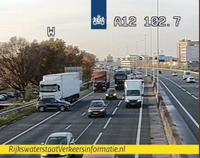 De situatie op de A12 bij Veenendaal op camerabeeld van Rijkswaterstaat.
