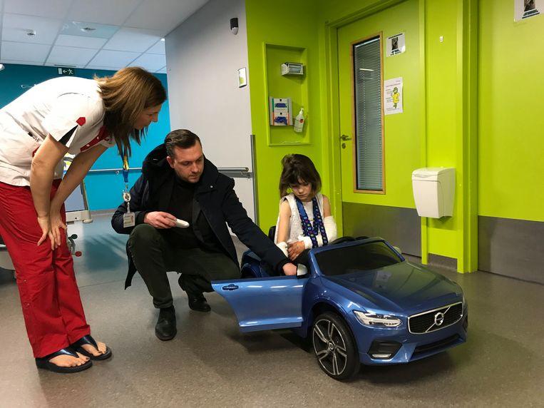 """AZ Diest pediatrie kreeg een mini-Volvo van papa Kevin: """"Ze verzorgden mijn dochter zo goed dat ik absoluut iets terug wilde doen""""."""