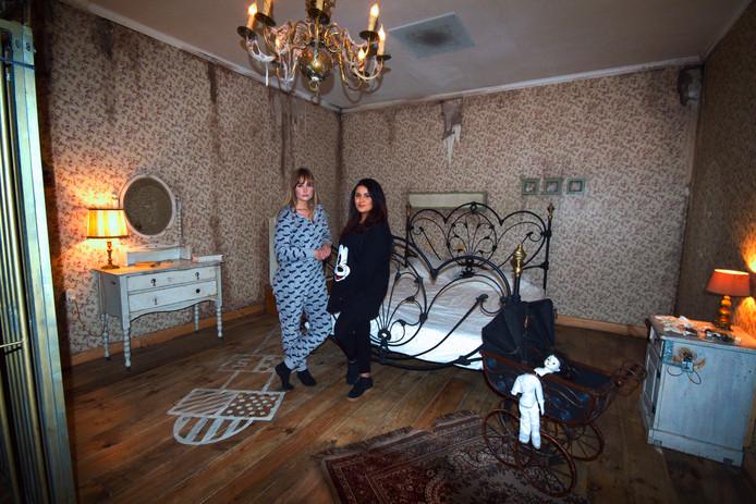 Sule Benal (21) en Daniek Haus (22) hebben voor het eerst mogen overnachten in een escaperoom, de Meisjeskamer van Escape Room Nederland Bunschoten.