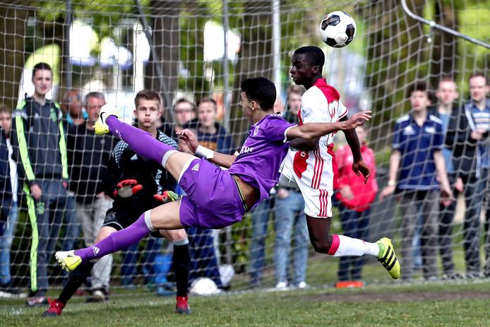 Het Marveldtoernooi voor C-elftallen. Hier Ajax en Real Madrid in actie.