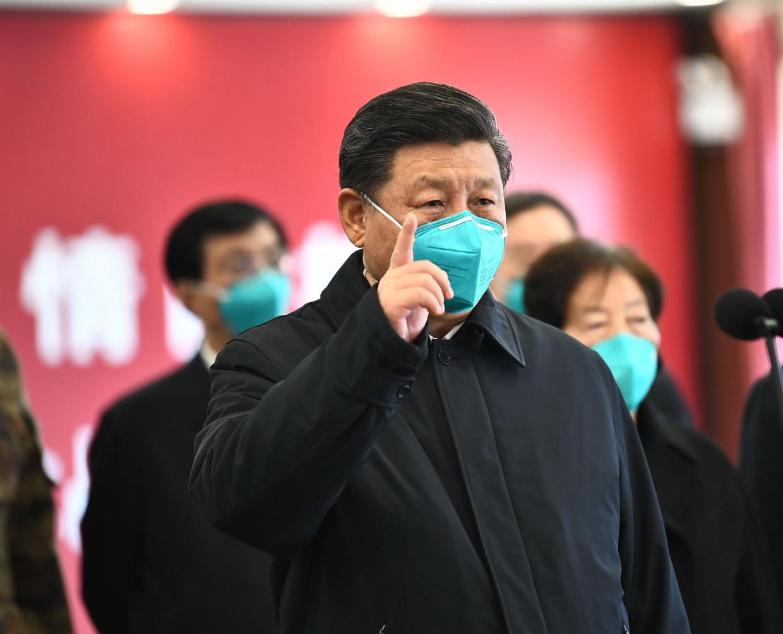 President Xi Jinping bezoekt een ziekenhuis in Wuhan. Beeld AFP