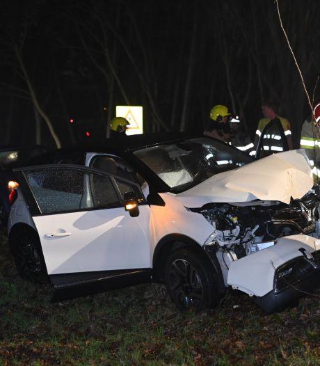 Auto vliegt uit de bocht en raakt total loss door botsing tegen boom in Overasselt