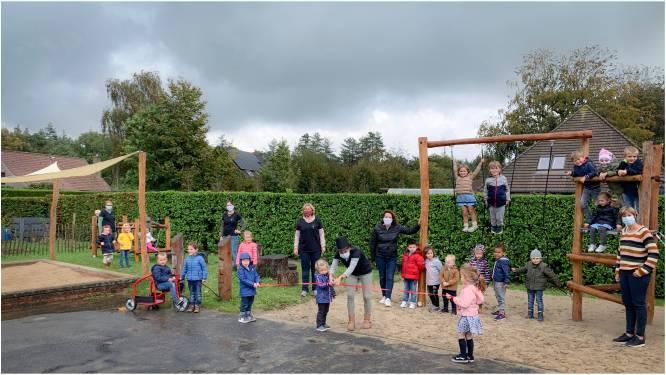 Ouderraad schenkt nieuwe speeltoestellen aan kleuterschool in Nieuwenhove