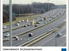 Hoofdbaan A1 dicht na kettingbotsing met vier auto's, verkeer vanuit Apeldoorn moet omrijden