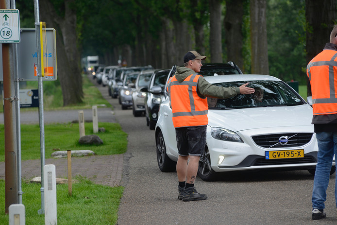 Het verkeer wordt vrijdagmorgen naar de parkeerplaatsen gedirigeerd.