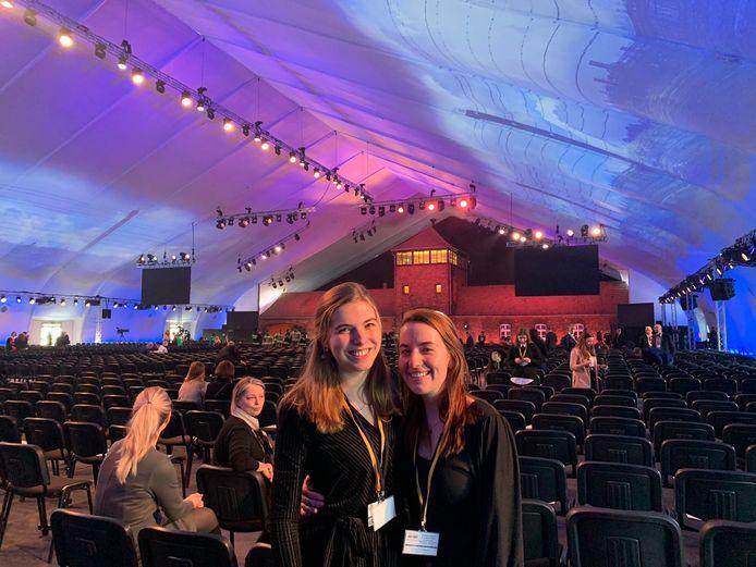 Marieke Pechtold (links) en Laura van Hooft in de tent waar werd stilgestaan bij de 75-jarige bevrijding van concentratiekamp Auschwitz.