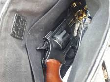 Politie stuit op revolver bij preventieve fouilleeractie, Spijkenisser (20) aangehouden