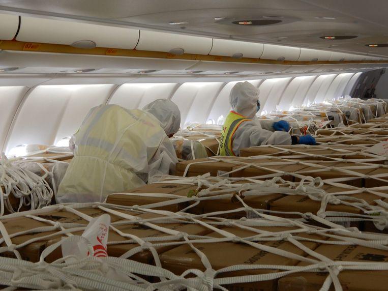 De lading mondmaskers werd in dozen op de passagierstoestellen geplaatst.