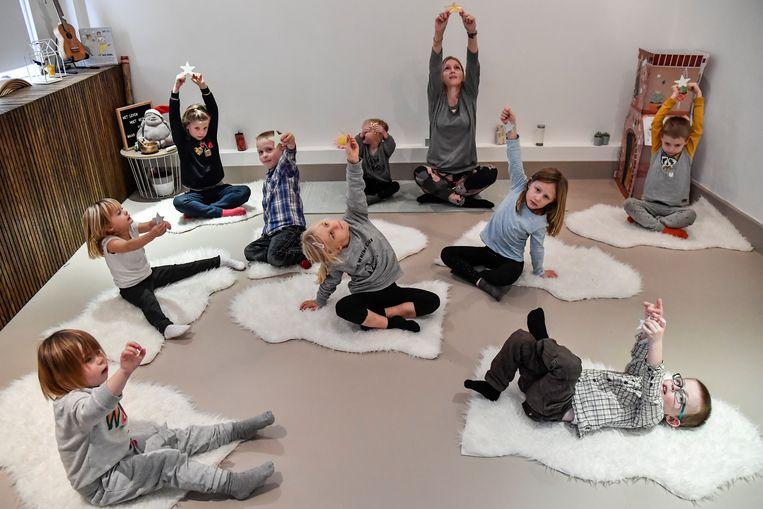 Sarah van Studio Pluim bezig met het aanleren van de basistechnieken van yoga.