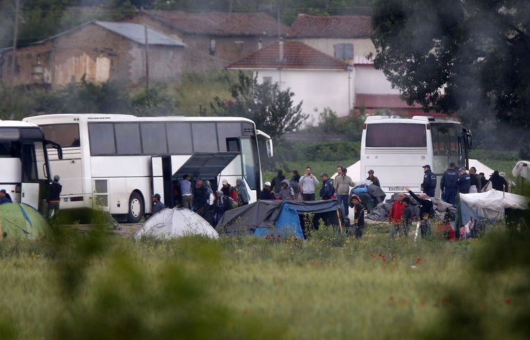 Bussen staan klaar om vluchtelingen en migranten te vervoeren naar andere kampen. Beeld null