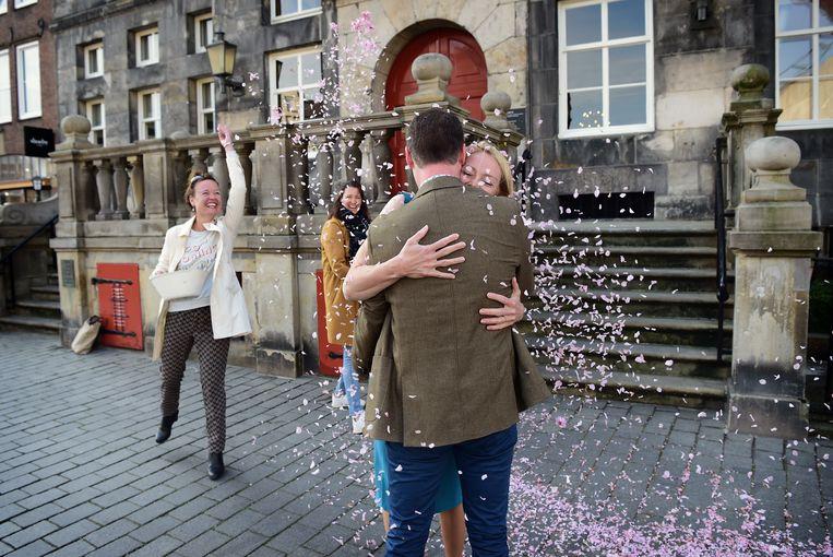 Een bruiloft op aangepaste wijze in Den Bosch.  Beeld Marcel van den Bergh / de Volkskrant