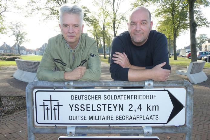 Fred van den Munckhof en Richard Schoutissen helpen nabestaanden met het zoeken naar de oorlogshistorie op de Duitse begraafplaats in Ysselsteyn.