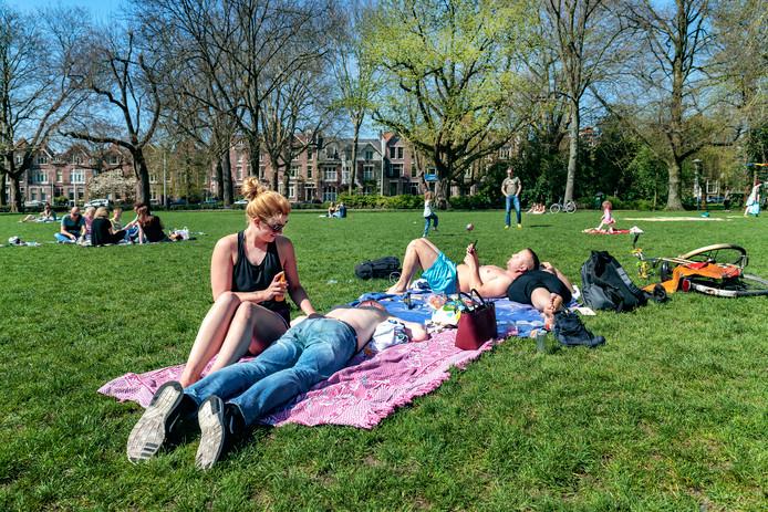 Op een mooie zomerse dag moet het mogelijk zijn om een biertje te pakken in het Wilhelminapark, vindt de Utrechtse gemeenteraad.