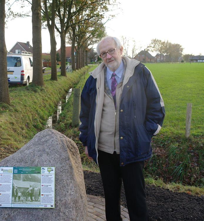 Johan Schot bij de luistersteen aan de Slenke in Den Ham