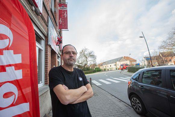 Yves Debrael voor zijn café Solsleutel met rechts in de achtergrond de getroffen woning.