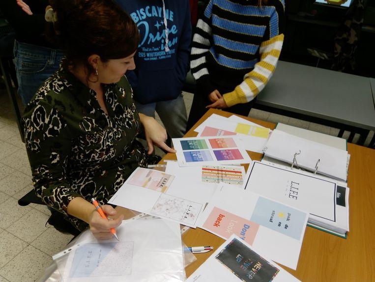 De leerlingen uit 4PueB laten in hun kaarten kijken en hopen dat leerkracht Kim Vanden Berge hun kaart uitkiest.