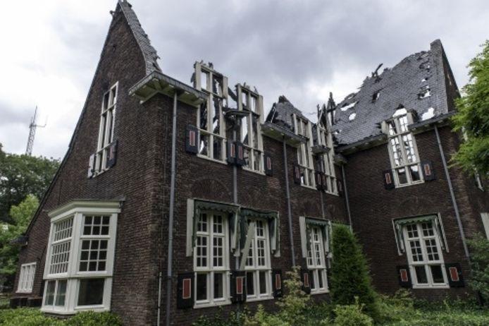 Het zwaar beschadigde gemeentehuis van Waalre na de aanslag in juli 2012.