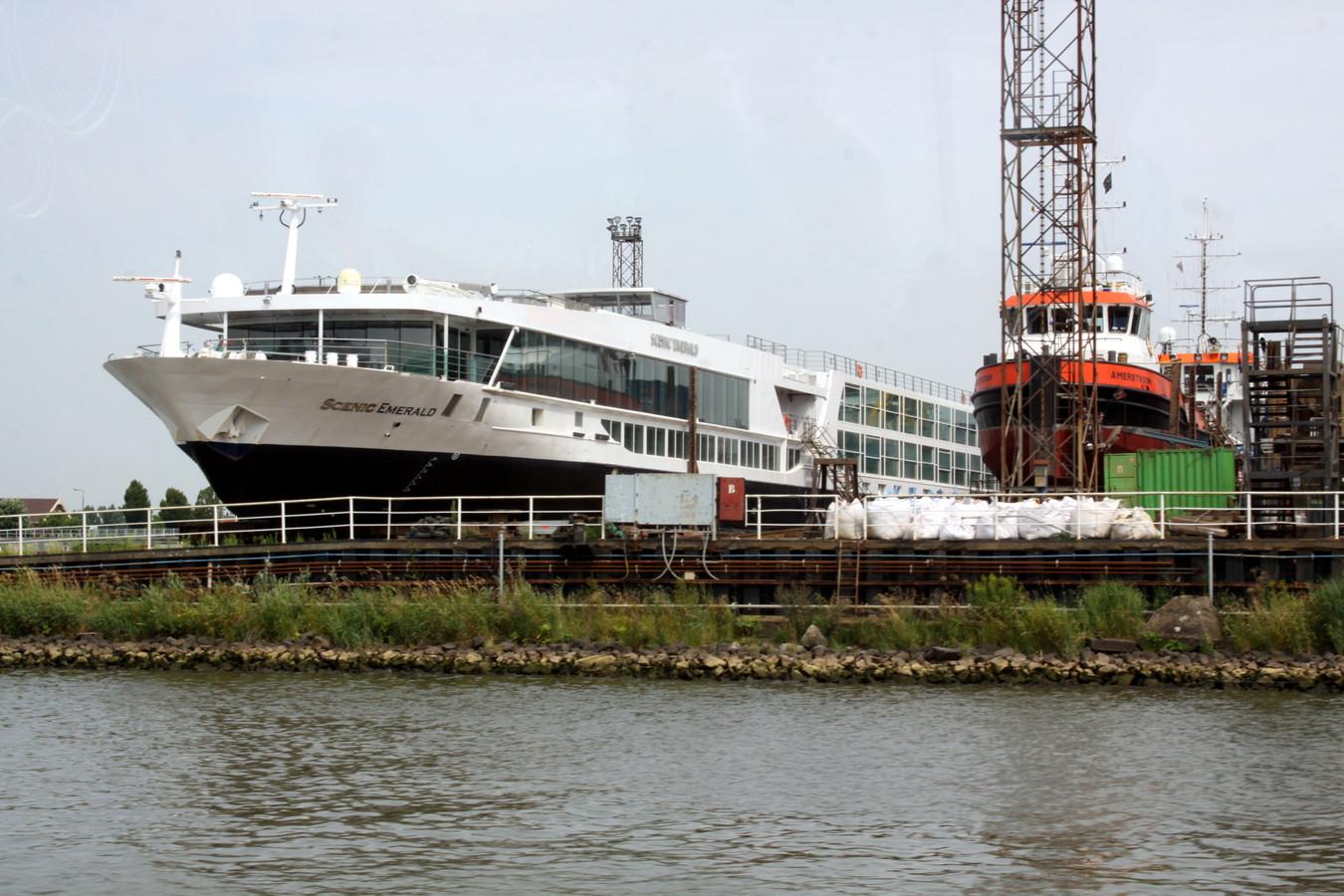 Het 135 meter lange riviercruiseschip Scenic Emerald lag deze zomer voor onderhoud op de kade langs de Beneden Merwede.