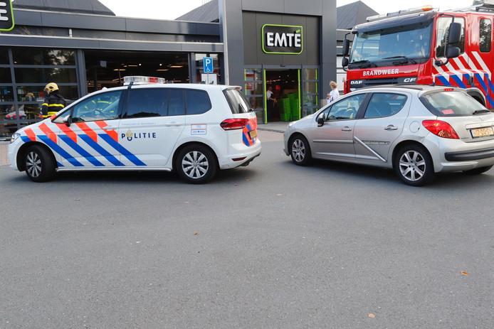 Auto rijdt supermarkt Emté in Veldhoven binnen.