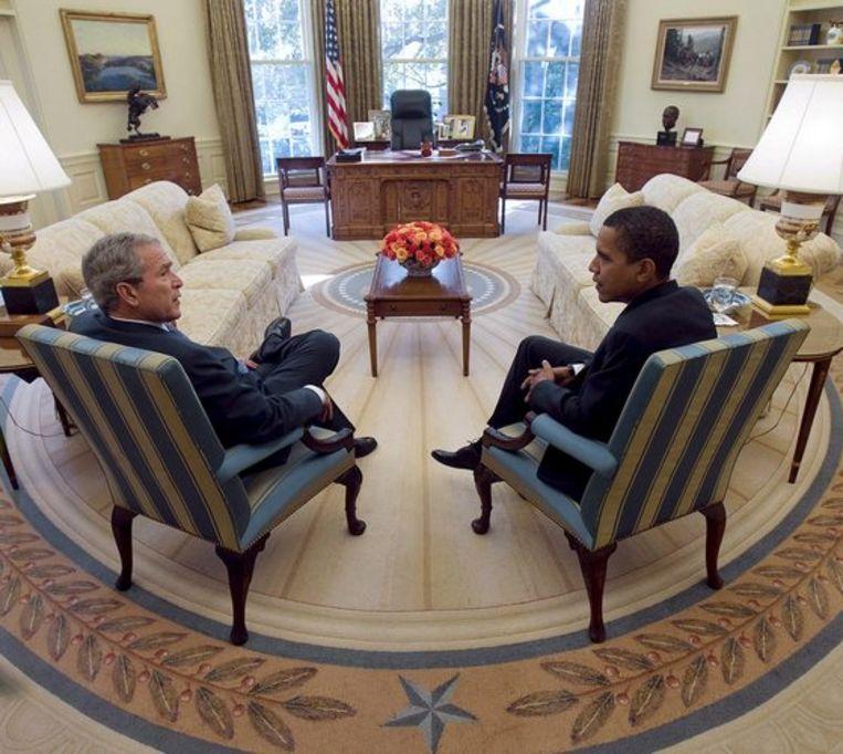 Obama (r) en Bush in de 'Oval Office'. Foto EPA/Eric Draper Beeld