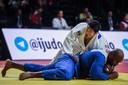 Teddy Riner et Kokoro Kageura lors du troisième round du combat masculin de la catégorie des plus de 100 kg au Grand Chelem de Judo Paris 2020, à Paris.