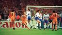 Ronald Koeman scoort tijdens de Champions League finale tussen Barcelona en Sampdoria op Wembley. De club speelde toen in het merk uit de eigen stad Meyba.