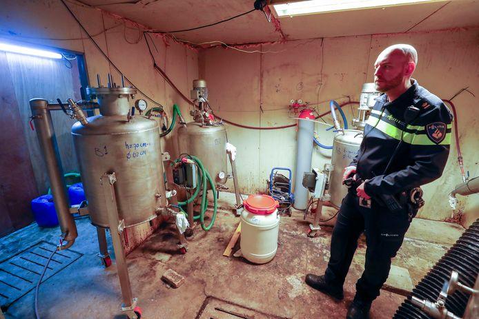 Teamchef Danny Frijters van de politie in het drugslab in Hapert.