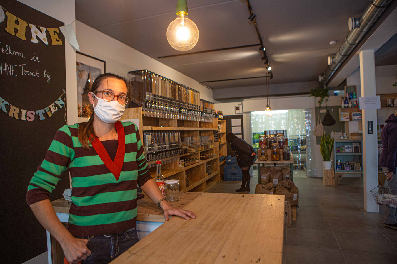 Kristien Lindemans (38) in haar duurzame en biologische buurtwinkel.