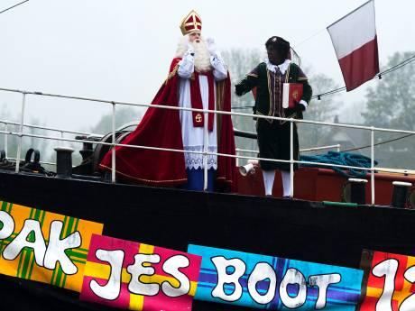 Sinterklaas met stoomtrein op weg naar Apeldoorn; hij is al bij Parijs!