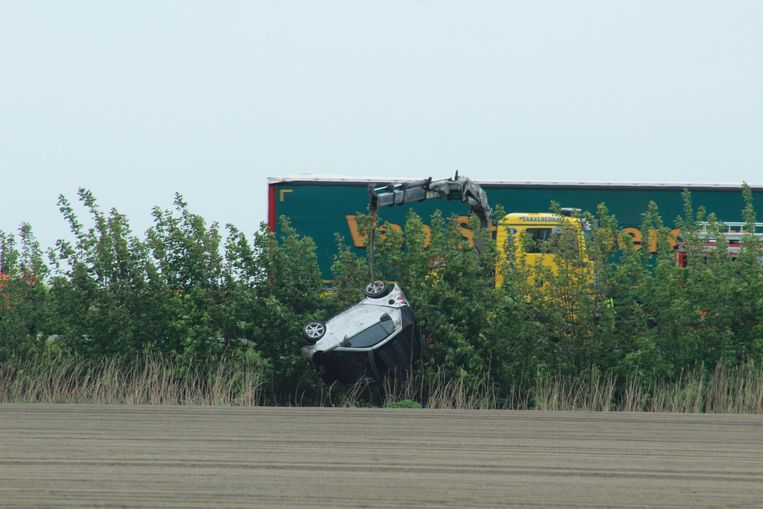 Een takelwagen moest de auto uit de gracht halen.