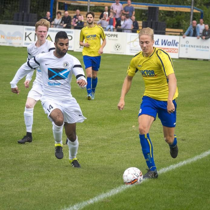 Jasper Sponselee (rechts) maakte het enige doelpunt voor HVV'24 in het duel met Unitas'30. FOTO Ronald den Dekker
