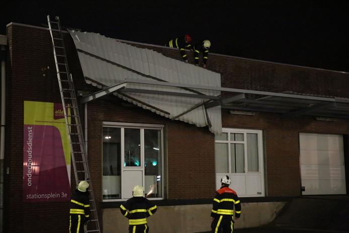 Bij een gebouw van AlleeWonen aan het Stationsplein in Roosendaal is een gevelplaat losgekomen.