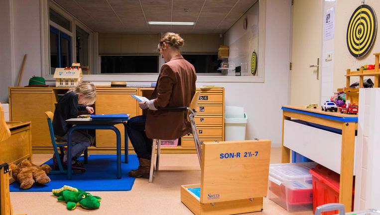 Een hulpverlener neemt een test af bij een meisje. (archief) Beeld ANP XTRA
