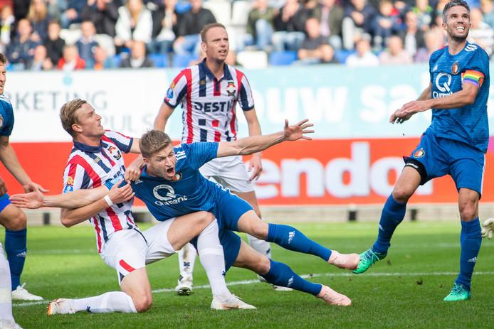 Meissner trekt Van der Heijden naar de grond.