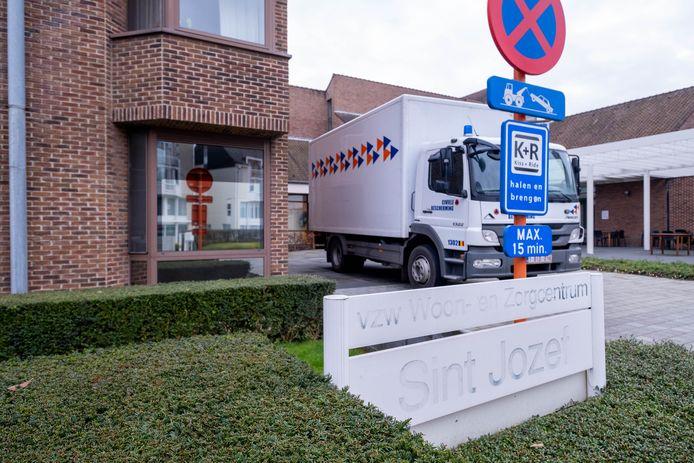 WZC Sint-Jozef aan de Lierse Koningin Astridlaan is in lockdown, nadat ongeveer vijftig bewoners en twintig personeelsleden positief testten op corona. De civiele bescherming helpt met het inrichten van een cohortafdeling.