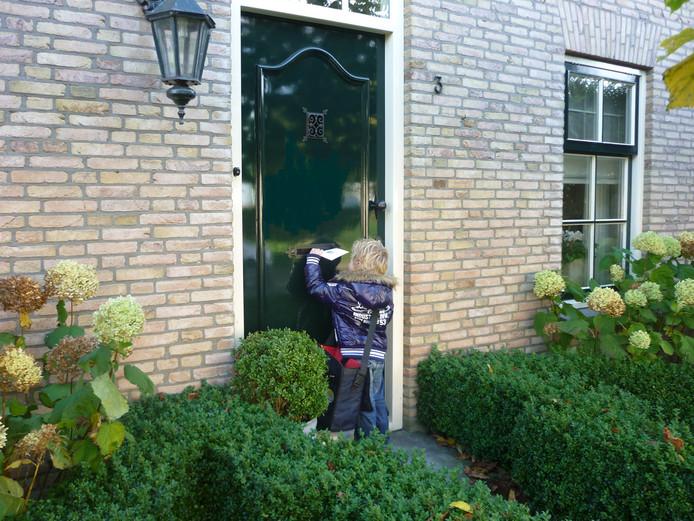 Vrijwilligers bezorgen kerstkaarten op Walcheren voor het goede doel.
