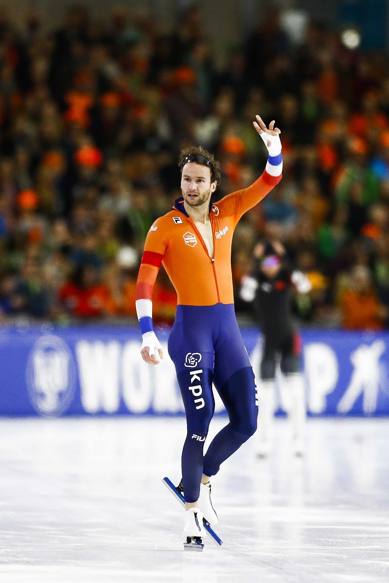 Thomas Krol juicht na het winnen van de 1000 meter.