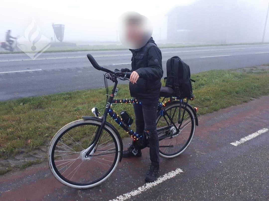 De politie stuitte op een fietser met veel sfeerverlichting in de Noordoostpolder.